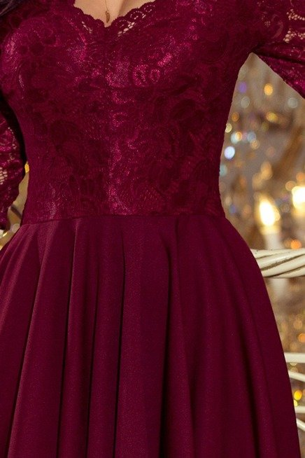 KLARA - sukienka z dłuższym tyłem z koronkowym dekoltem - BORDOWA